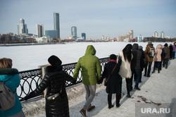 Акция протеста против строительства храма на воде. Екатеринбург, набережная исети, зима, екатеринбург сити, городской пруд, акция обними пруд