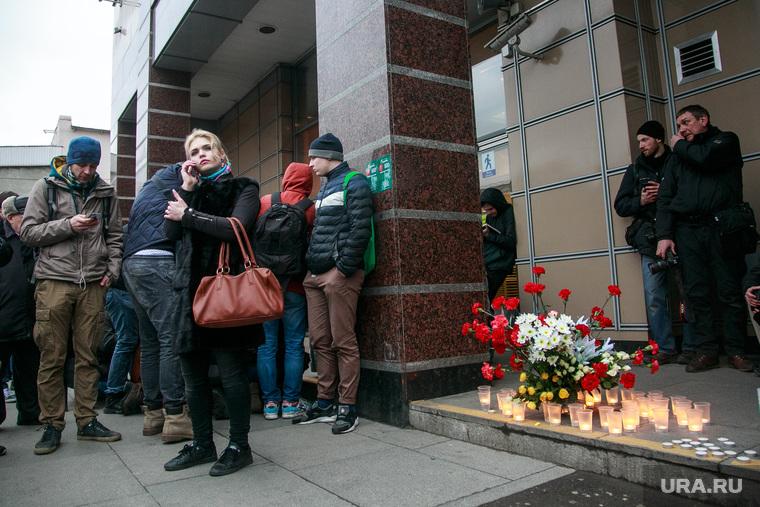 Теракт в Санкт-Петербурге (перезалил). Санкт-Петербург, теракт, мемориал, цветы, сенная площадь, цветы, свечи, теракт
