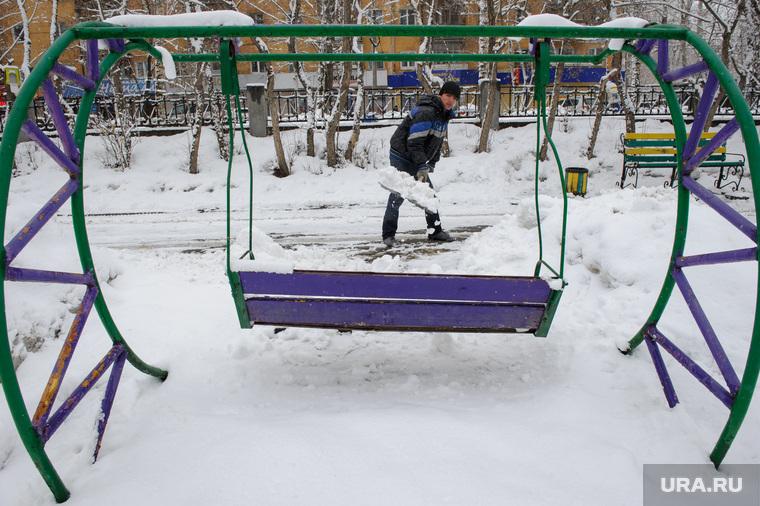 Мартовский снег в Екатеринбурге, дворник, снег, зима, аттракцион, качели, парк, парк энгельса, снег в городе