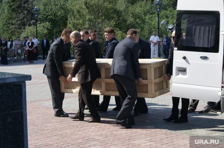 Отпевание Виталия Ермошина.  Ханты-Мансийск, гроб, деревянный ящик