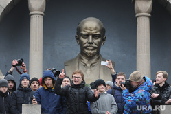 Несанкционированный митинг против коррупции собрал около трех тысяч человек. Челябинск, ленин владимир, алое поле ленин, митинг, митинг