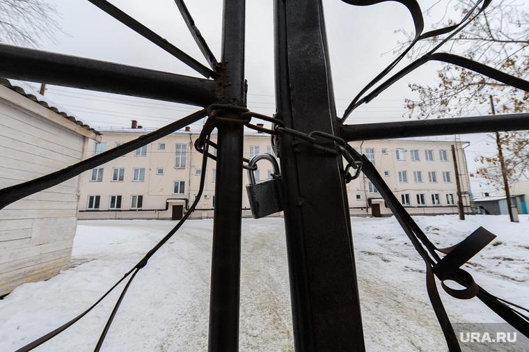Школа-интернат. Челябинская область, ворота, цепь, замок, закрыто, въезд закрыт