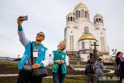 Экскурсии для участников региональной программы XIX Всемирного фестиваля молодежи и студентов. Екатеринбург, храм на крови, селфи, иностранцы, екатеринбург, всемирный фестиваль молодежи и студентов, молодежный фестиваль, туристы