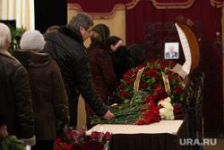 Церемония прощания  с бывшим вице-мэром города Евгением Липовичем. Екатеринбург, траур, прощальная церемония, траурная церемония, возложение цветов, панихида, цветы, гроб