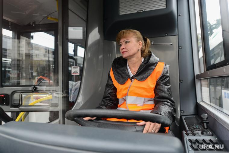 Вручение новых автобусов OOO «Общественный городской транспорт». Челябинск, водитель автобуса, женщина за рулем, шофер, автобус