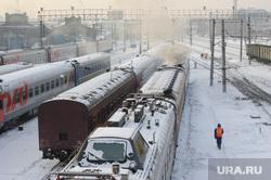 Подготовка поезда дальнего следования к рейсу: проводница в пассажирском вагоне. Екатеринбург, железная дорога, депо, станция екатеринбург пассажирский