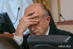 Комиссия по оплате труда. Курган, чиновник, усталость, головная боль, рукалицо, жест рукой, рука лицо, facepalm, проблемы на работе