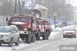 Активисты забрались на телебашню и требуют референдум. Фото с места событий, Екатеринбург, пожарные машины