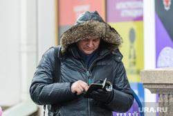 Митинг-концерт Крымская весна в Челябинске, квитка иван, смотрит в телефон