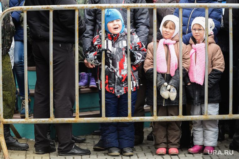 Митинг-концерт Крымская весна в Челябинске, ограда, дети