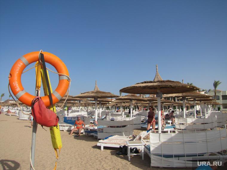 Египет, отдых туристов, спасательный круг, пляж