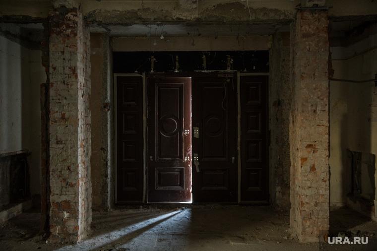 """Здание бывшего клуба """"Gold"""". Екатеринбург, двери открыты, старое здание"""