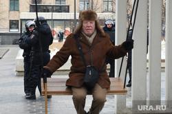 """Всероссийская акция сторонников Навального """"Забастовка избирателей"""". Москва, полицейские, урбанистика, пожилой мужчина, старик, качели, урбанина, треуха, меховая шапка"""