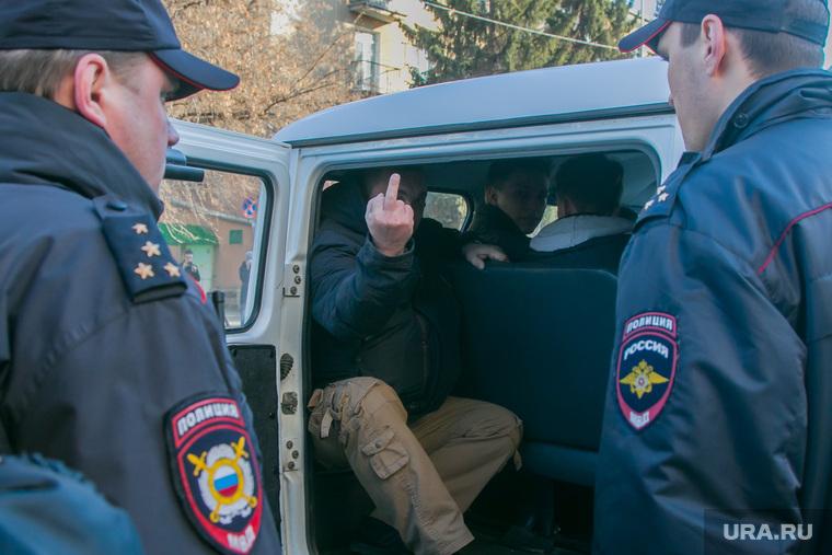 Несанкционированное шествие сторонников Навального у кинотеатра Россия. Курган, фак, полиция, сторонники навального, задерженный