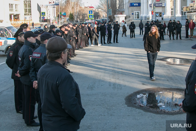 Несанкционированное шествие сторонников Навального у кинотеатра Россия. Курган, полиция, оцепление, сторонники навального