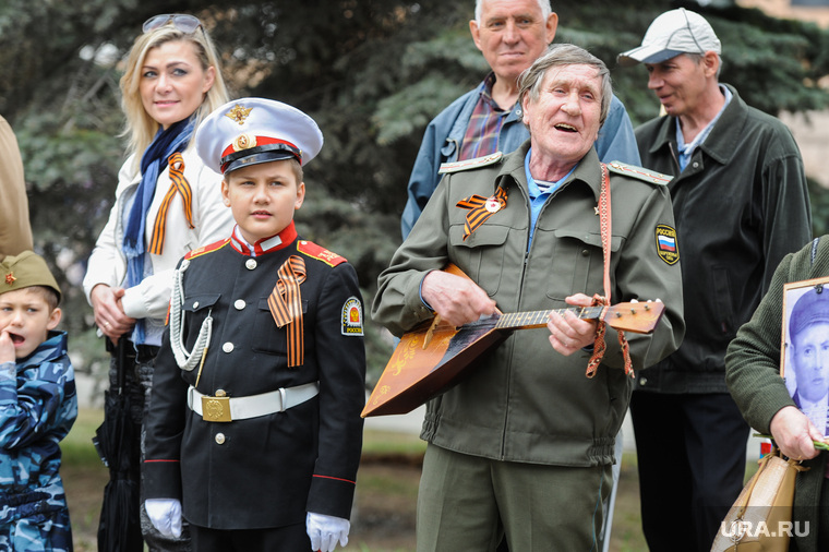 Бессмертный полк. Челябинск, балалаечник