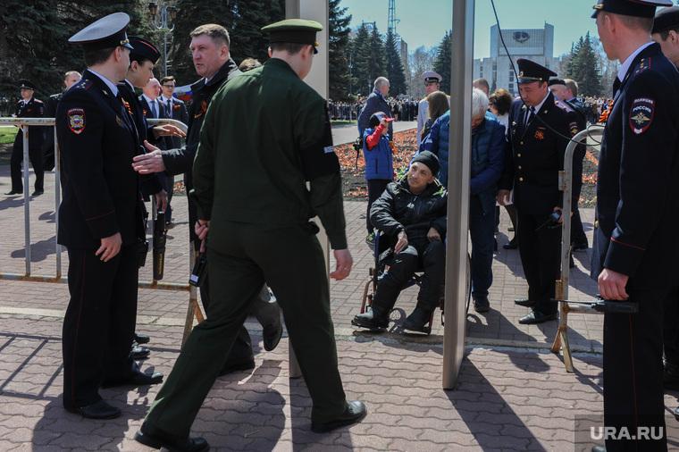 Парад Победы, торжественное построение на Площади революции. Челябинск, инвалид, полиция, рамка металлоискателя