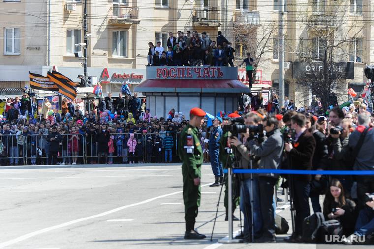 Парад Победы, торжественное построение на Площади революции. Челябинск, зрители на крыше