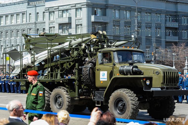 Парад Победы, торжественное построение на Площади революции. Челябинск, пусковая установка, парад военной техники