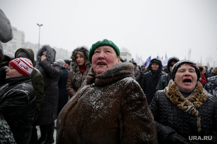 Концерт в честь годовщины воссоединения Крыма и Севастополя с Россией. Пермь, крик, бабки, пение, женщины, снегопад, толпа