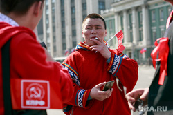 Первомайская демонстрация в Москве на Красной площади. Москва, коммунисты, курение, сигарета, манси, мобильник, национальная одежда, ханты, кмнс, кпрф, глобализация