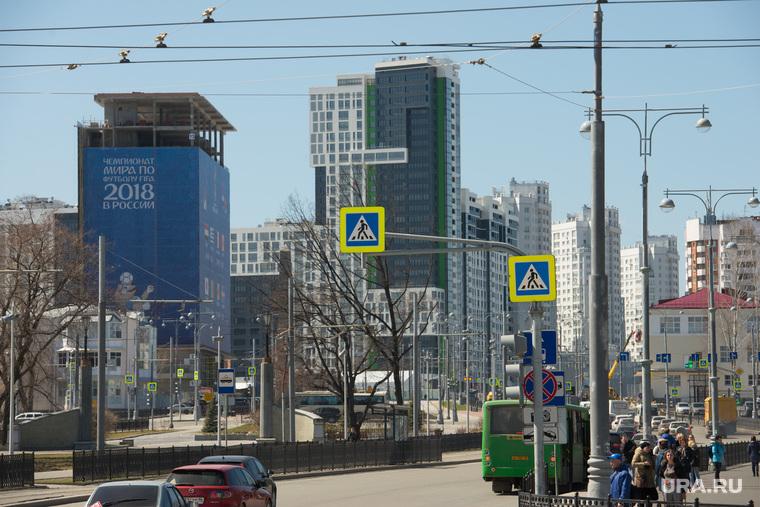Здание строящейся гостиницы возле Екатеринбург-Арены, вечный огонь, строительство, гостиница, чемпионат мира по футболу, площадь коммунаров