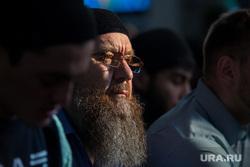 Полуденный намаз в соборной мечети Сургута, мечеть, ислам, мусульмане, религия, бородач