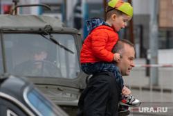 Парад Победы. Екатеринбург, отец с ребенком, бадеха вадим