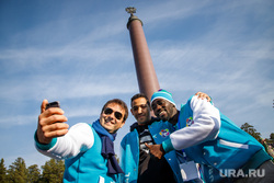Экскурсии для участников региональной программы XIX Всемирного фестиваля молодежи и студентов. Екатеринбург, негр, селфи, иностранцы, всемирный фестиваль молодежи и студентов, молодежный фестиваль, туристы, стела европа азия, граница европа азия