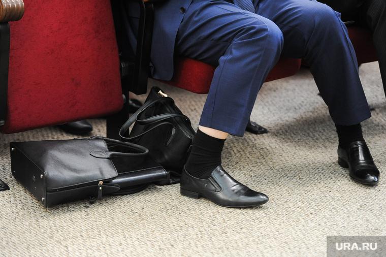 Пленарное заседание по итогам дискуссий партии Единая Россия. Челябинск, чиновник, ботинки, сумки, ноги, обувь, деловой стиль, дресскод, строгий костюм