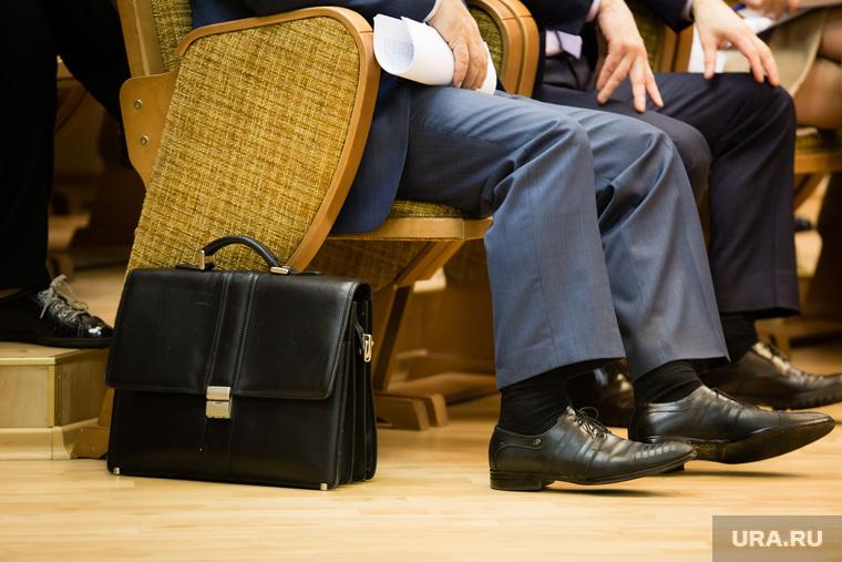 Депутатские слушания в Думе города. Сургут, чиновник, портфель, ноги