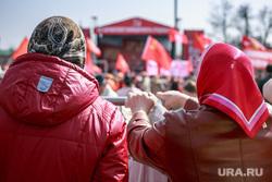 Первомайская демонстрация в Москве на Красной площади. Москва, коммунисты, старушки, пенсионерки, кпрф, митинг