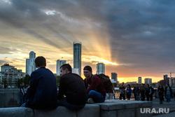 Виды Екатеринбурга, молодежь, набережная городского пруда, город екатеринбург, закат, вечер