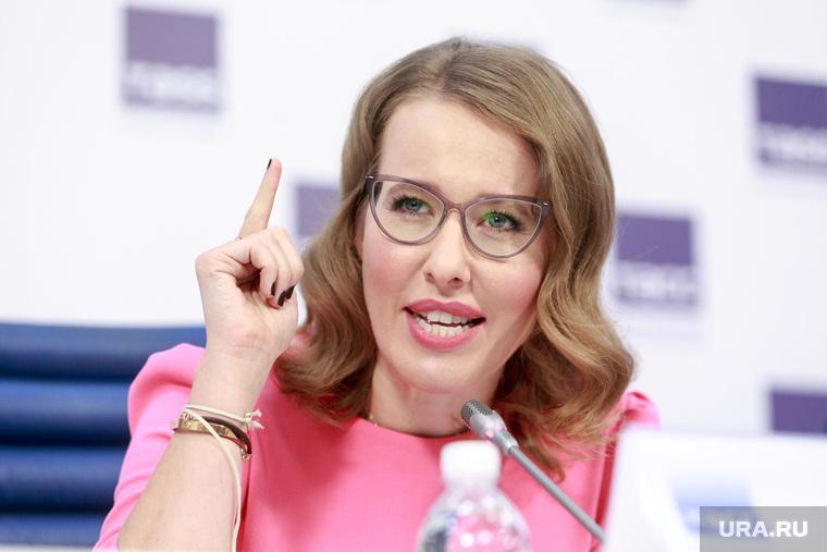 Пресс-конференция Ксении Собчак в ТАСС. Москва, собчак ксения, указательный палец вверх