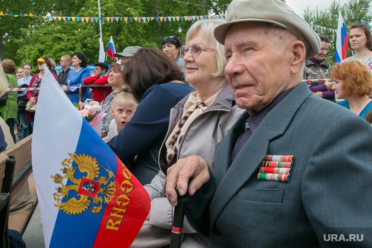 Празднование Дня России. Курган, пенсионеры, флаг россии, торжество, герб россии, пожилая пара, ветеран