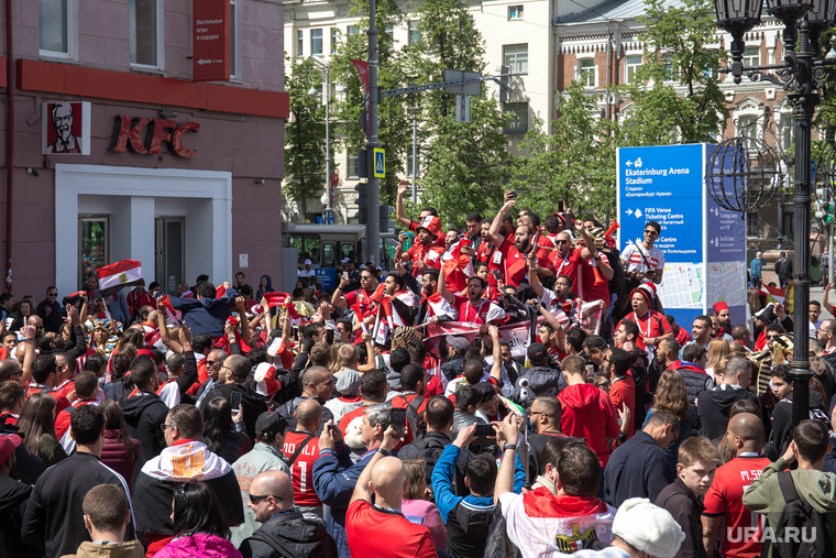 Улица Вайнера перед матчем Египет - Уругвай. Екатеринбург, толпа, болельщики, иностранцы, египтяне