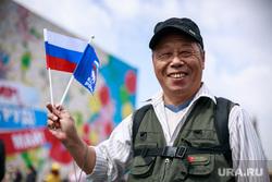 Первомайская демонстрация в Москве на Красной площади. Москва, туризм, улыбка, азиат, китаец, триколор, российско-китайская дружба, китайский турист, российский флаг