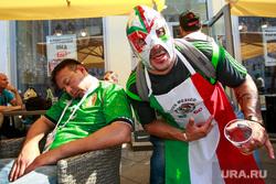 Футбольные болельщики в Москве. Москва, спит, пиво, пьяный, мексиканские болельщики, гулянка, реслер