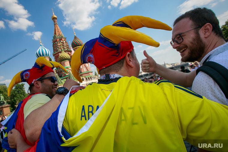 Футбольные болельщики в Москве. Москва, собор василия блаженного, колумбийские болельщики, флаг колумбии, покровский собор, красная площадь
