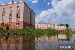 Дома построенные по программе переселения из ветхого жилья по улице Автомобилистов в городе Шадринск, недвижимость, лужа во дворе, потоп, переселение, дома для переселенцев, трехэтажка