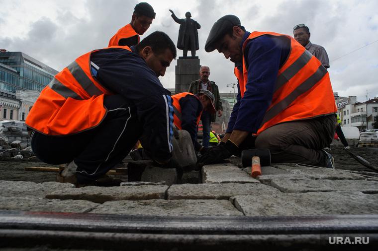 Виды Екатеринбурга, гастрабайтеры, памятник ленину, строители, дорожные рабочие, мигранты, дорожные работы, разнорабочие, гастарбайтеры, брусчатка, строительные работы, ремонт дороги, площадь1905 года, рабочие
