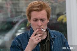 Разное. Курган, курение, сигарета, молодежь, фингал, синяк под глазом