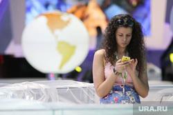 Петербургский международный экономический форум 2014: подготовка площадок. С-Петербург, девушка, сотовый телефон