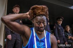 Город во время ЧМ. Екатеринбург, негр, афроамериканец, полиция, меховая шапка