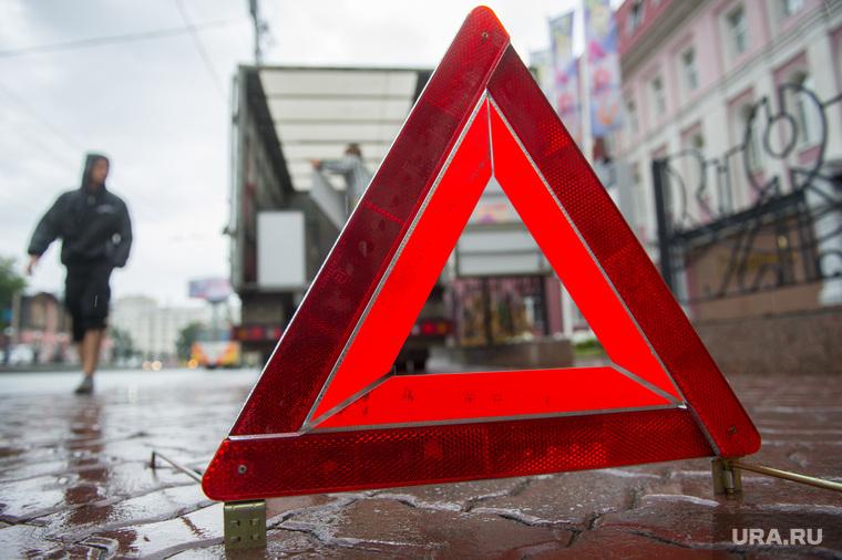 Знак аварийной остановки. Екатеринбург, пешеход, знак аварийной остановки, дтп