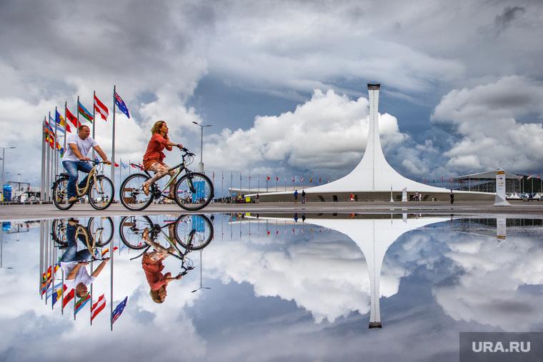 Сочи, олимпийский огонь, велосипедисты, отражение, сочи, флаги