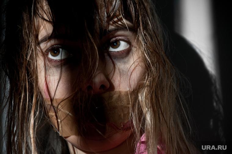 Банкротство, человек пьет, микробы, спички, пытки, скидки, дайджест, насилие, заложник, садизм, пытка, издевательство, причинять боль, рот заклеен скотчем, заклееный рот