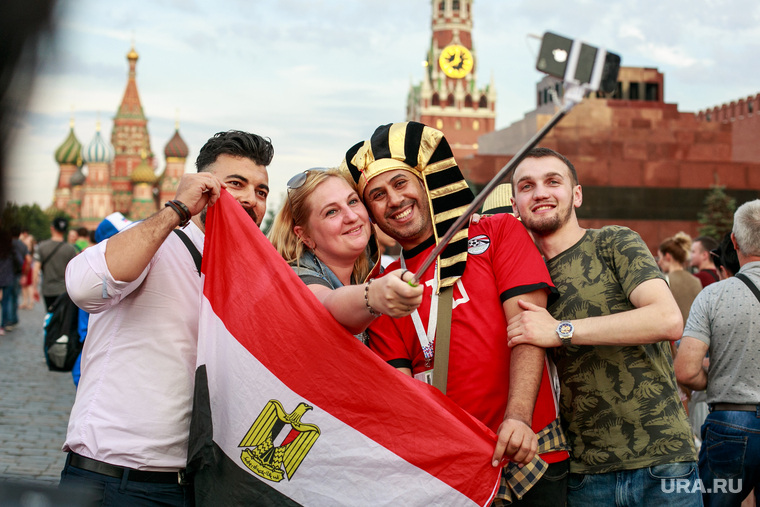 Болельщики на Никольской и Красной площади. Москва, селфи палка, красная площадь, костюм фараона, флаг египта, египетские болельщики