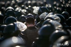 """Несанкционированный митинг """"Он нам не царь"""" на Пушкинской площади. Москва, полицейские, шлемы, омон, росгвардия, строй"""