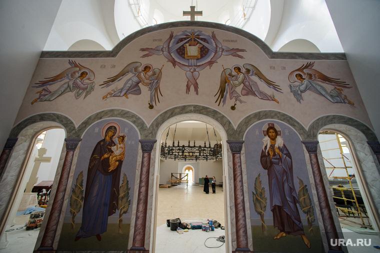 Подготовка к приезду патриарха в Алапаевск, Свердловская область, алтарь, роспись
